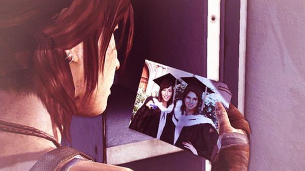 Lara Croft con una imagen de Sam y ella (Tomb Raider)