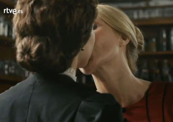 Beso entre Irene y Amelia en 'El Ministerio del Tiempo'