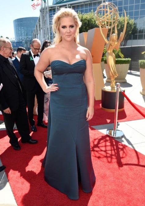 amy schummer - La increíble alfombra roja de los Emmys 2015
