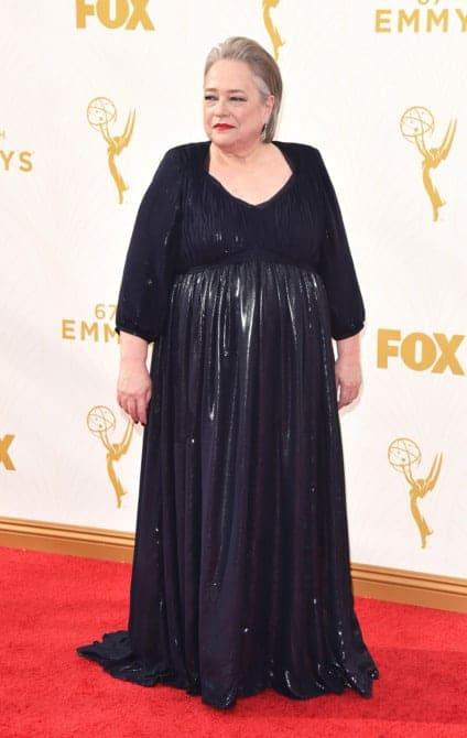 kathy bates - La increíble alfombra roja de los Emmys 2015