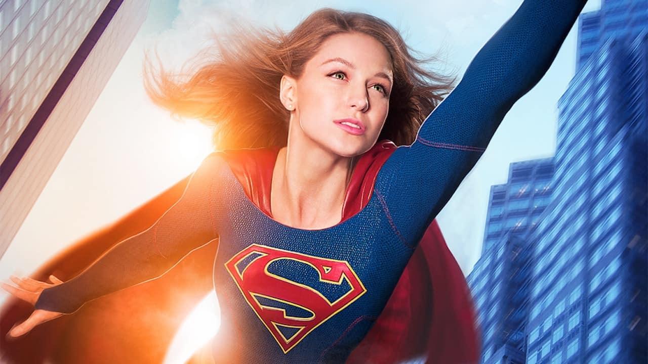 Supergirl surcando los cielos