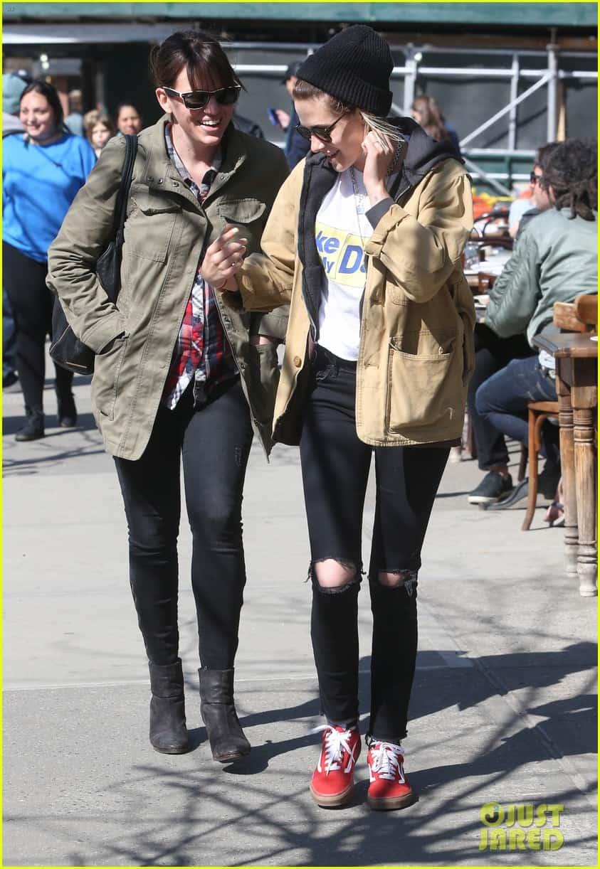 Kristen Stewart Soko Hold Each Other Close In Nyc 20, Hay una lesbiana en mi sopa