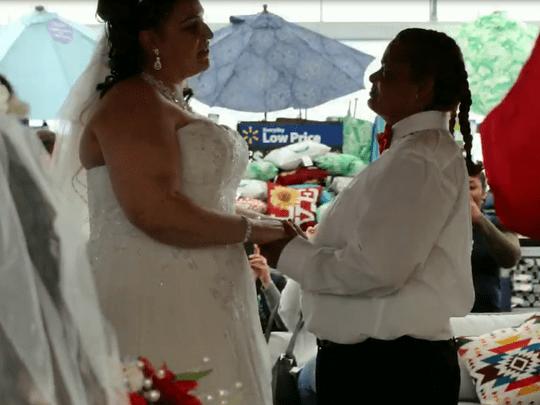 boda walmart - 'Heavy Vinyl', trabajadoras de una tienda de discos de día, escuadrón contra el crimen de noche