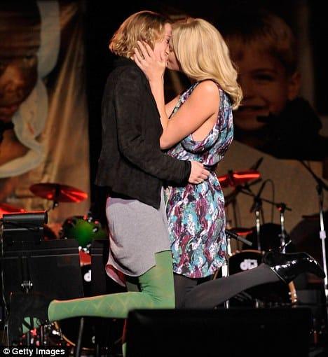 charlize theron beso - Charlize Theron besó a la heroína que todas necesitábamos