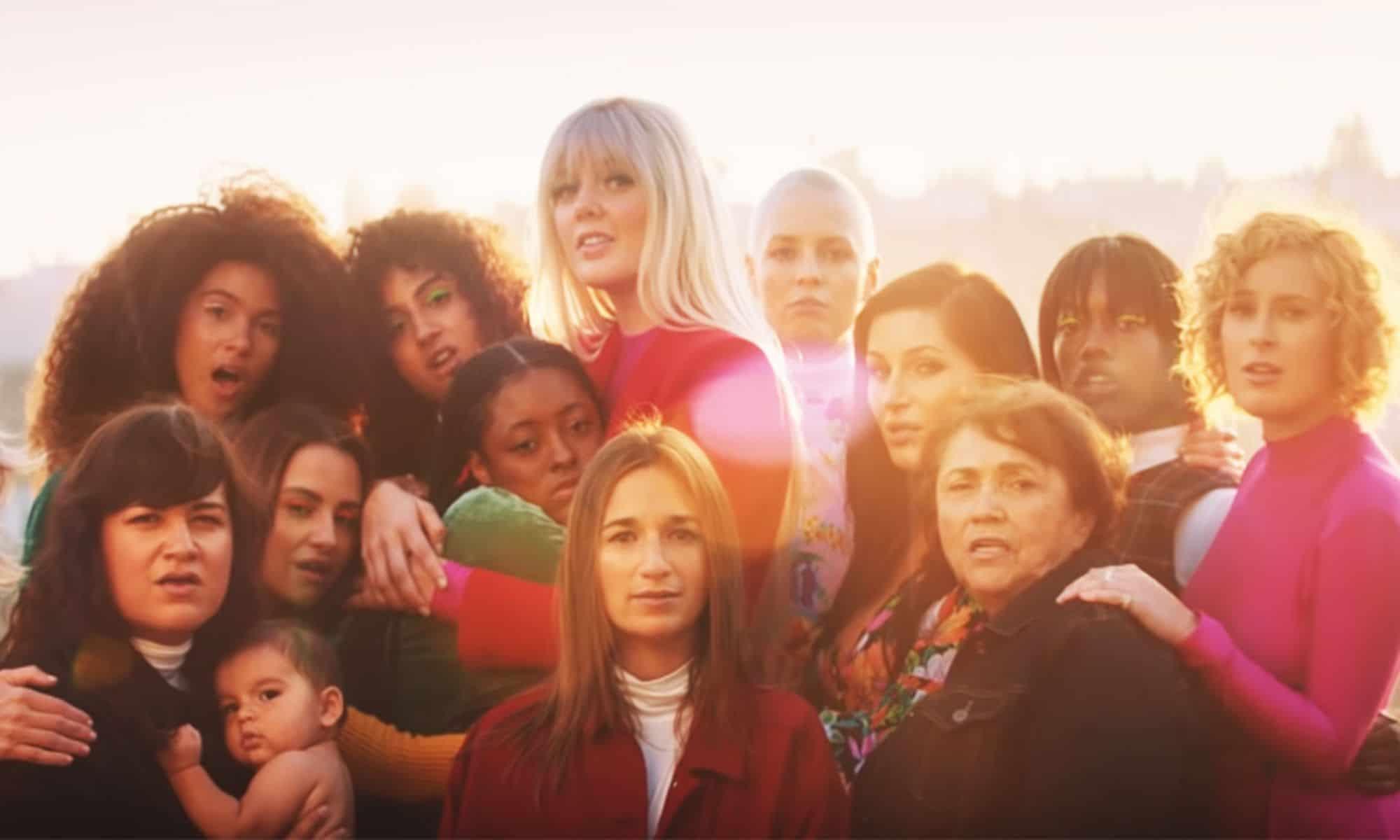 sos cher video - Cher hace un canto a la sororidad en el videoclip de 'S.O.S.'