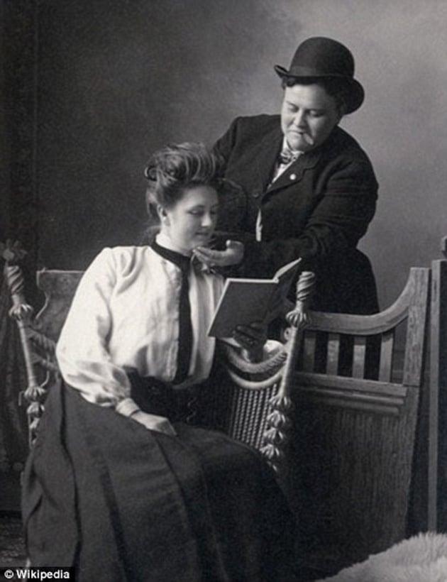 Anna Moor And Elsie Dale Pose For A Photograph In 1900., Hay una lesbiana en mi sopa