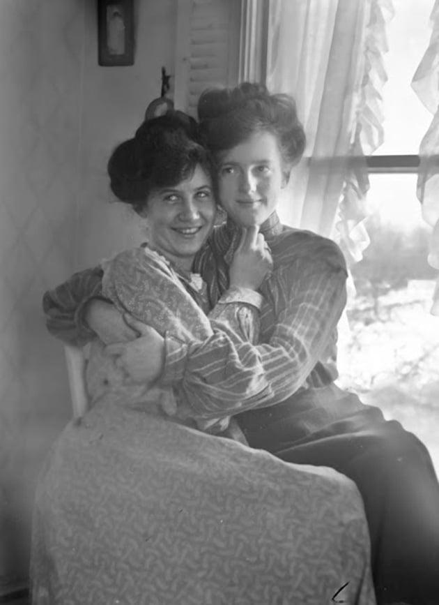 Mary And Her %E2%80%9Cfriend%E2%80%9D Ruth 1910., Hay una lesbiana en mi sopa