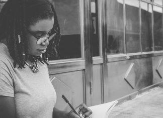 Chica escribiendo, a lo mejor un fanfic