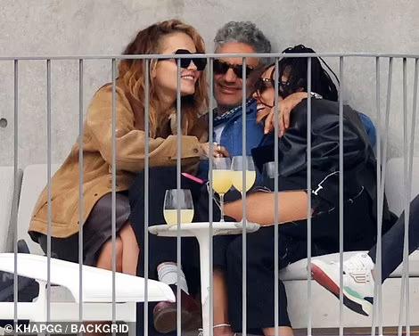 Tessa Thompson Rita Ora Taika Waititi 3, Hay una lesbiana en mi sopa