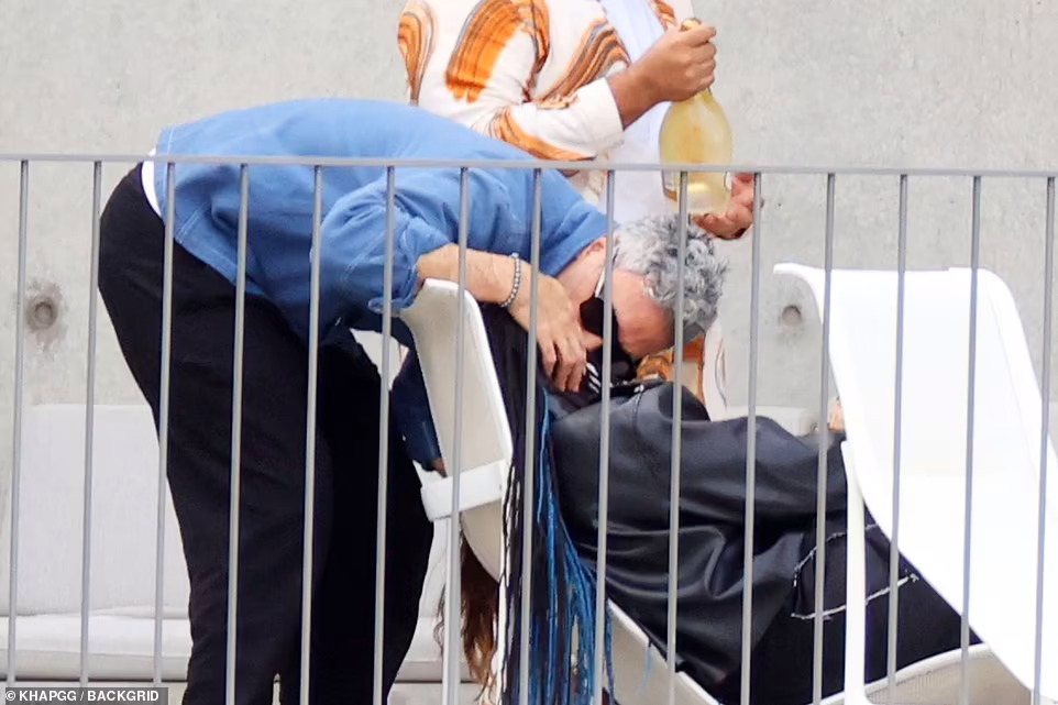 Tessa Thompson Rita Ora Taika Waititi 4, Hay una lesbiana en mi sopa